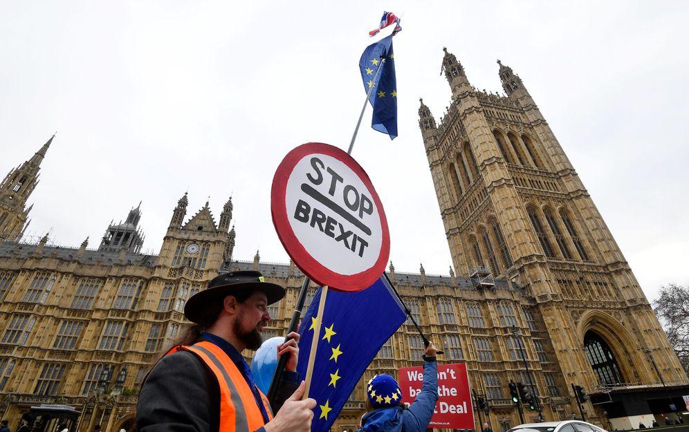 Foto: Un manifestante antiBrexit ante el Parlamento británico. (Reuters)