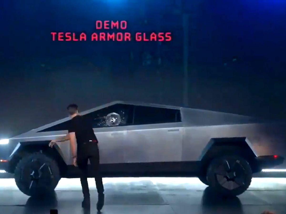 Foto: La bola de metal rompió las dos ventanillas del Cybertruck pero, al menos, no penetro en el interior del coche (Foto: Twitter)
