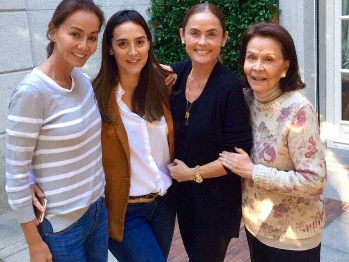 Foto: Isabel Preysler junto a su hija Tamara Falcó, su sobrina Joanna Preysler y su madre Betty Arrastia. (Instagram @joannapreyslermanila)