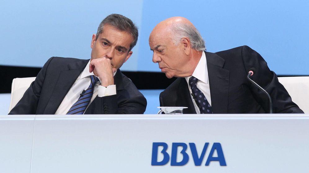 Foto: Francisco González (d) y Ángel Cano (i), conversan durante una junta general de accionistas. (EFE)