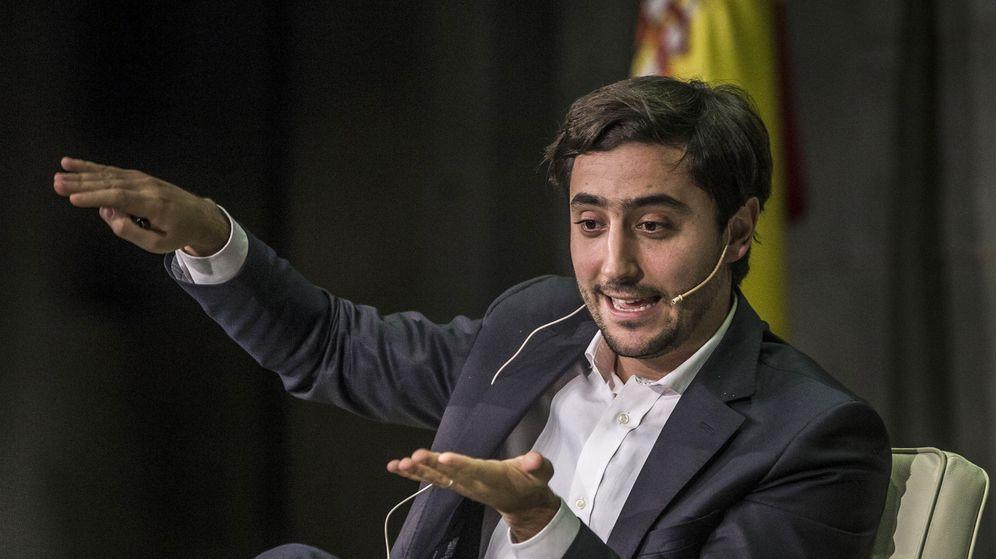 Foto: El economista Antonio Roldán durante la presentación de su libro junto a Garicano. (EFE/Emilio Naranjo)