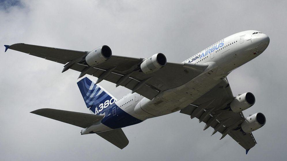 Foto: El Airbus 380 vuela durante el Festival de Aviación Farnborough. (EFE)