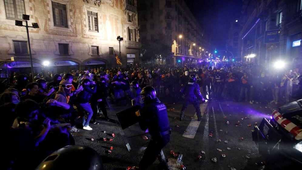 Foto: La policía contiene a los manifestantes en Barcelona. (Reuters)