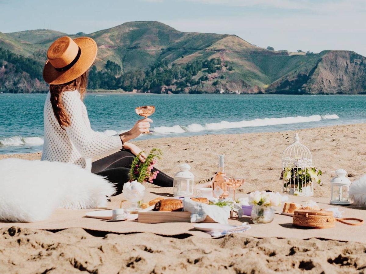 Foto: Todo lo que necesitas para un pícnic de lujo. (Sasha Stories para Unsplash)