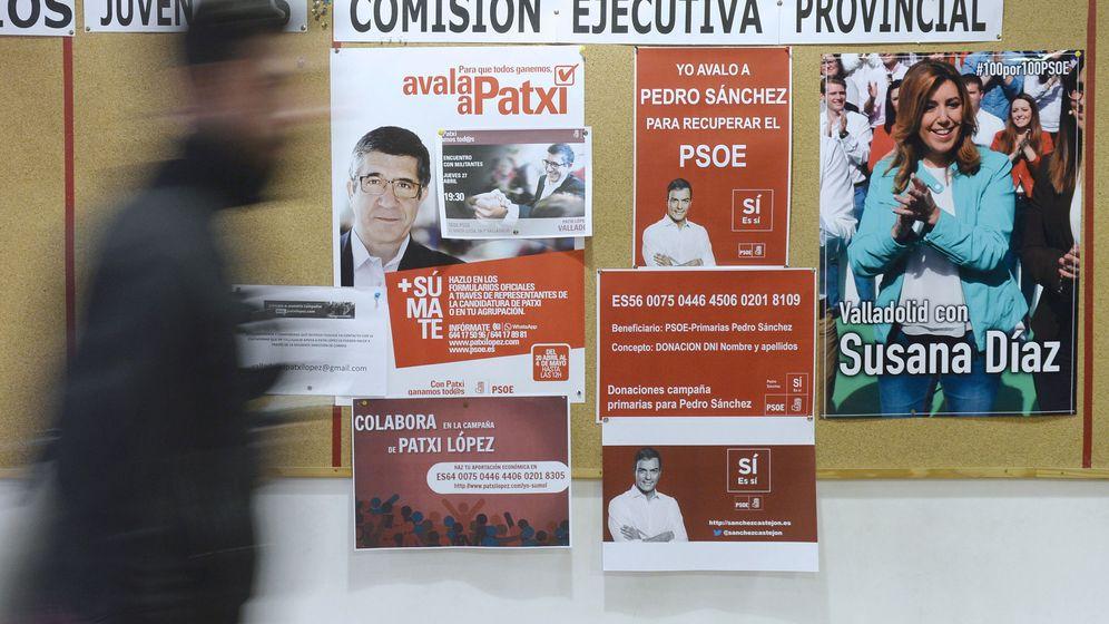 Foto: Carteles de apoyo a los tres candidatos a la secretaría general del PSOE colocados en la sede del PSOE de Valladolid. (EFE)