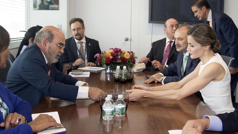 La Reina en su encuentro con el director de la FAO en Nueva York. (EFE)