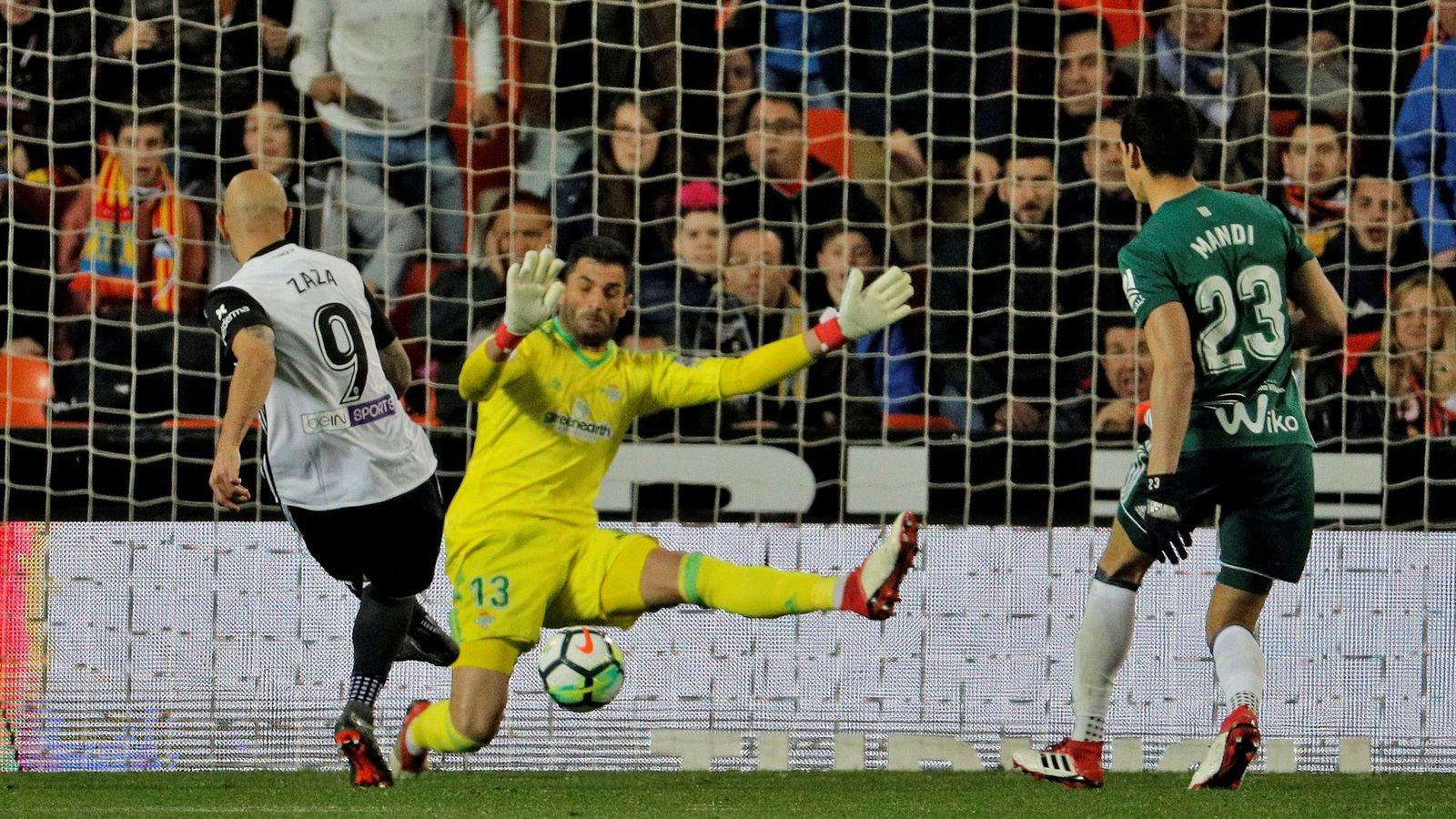 Foto: Adán sale a un disparo de Zaza jugando con el Betis. (EFE)