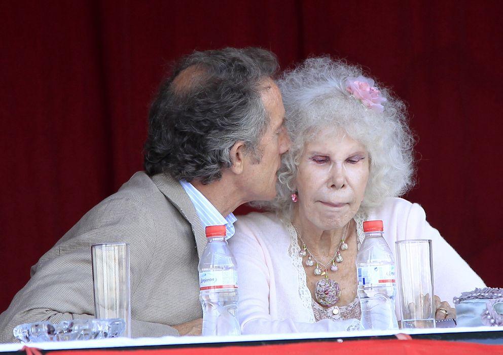 Foto: La duquesa de Alba acompañada de su marido, Alfonso Díez, en una imagen de archivo (Gtres)
