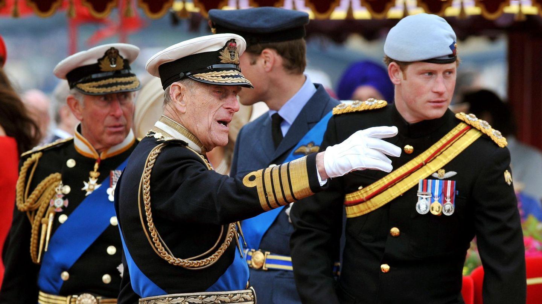 El príncipe Harry, junto a su padre y su abuelo. (Reuters)