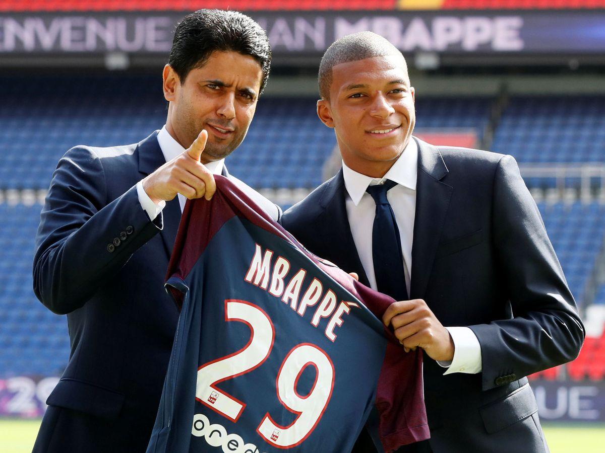 Foto: Mbappé y Nasser Al-Khelaïfi, tras el fichaje del francés por el Paris Saint-Germain. (EFE)