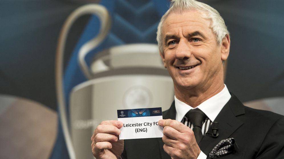 Foto: Ian Rush muestra el nombre del Leicester en el sorteo de los cuartos de final de la Champions. (EFE)