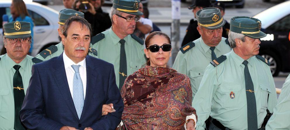Foto: La tonadillera Isabel Pantoja y su abogado, José Ángel Galán, en una imagen de archivo (Gtres)