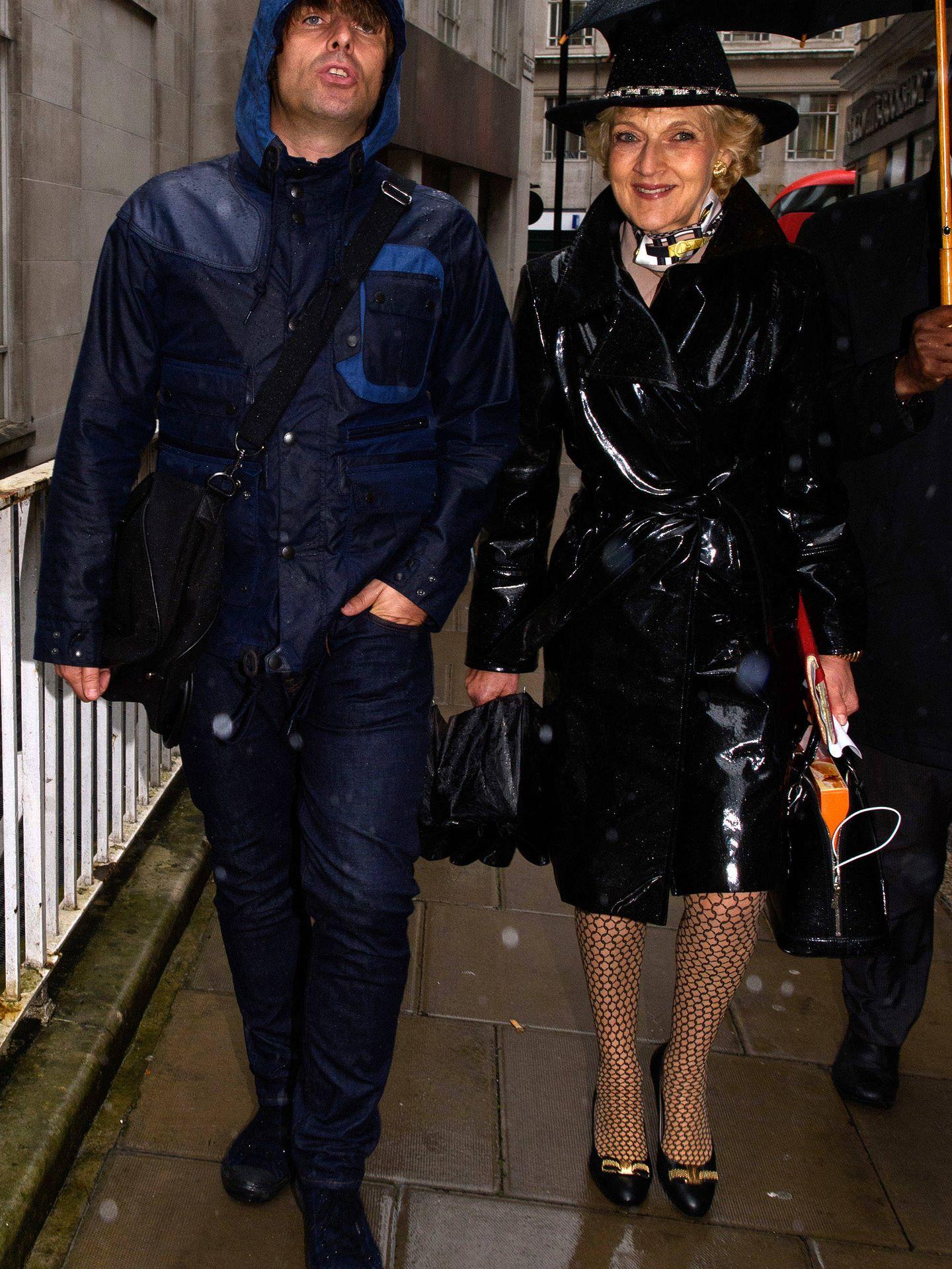 Fiona Shackleton junto a Liam Gallagher, otro de sus clientes. (Getty)