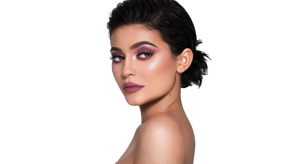 Foto: Kylie Jenner con uno de los labiales de su colección. (Kylie Jenner Cosmetics)