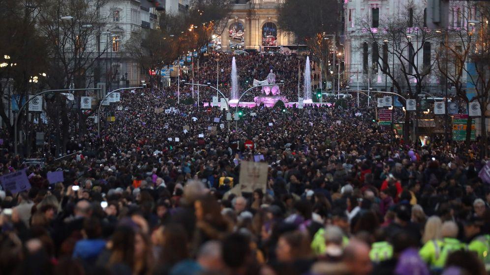 Foto: Cabecera de la marcha feminista en Madrid, a su paso por el palacio de Cibeles, este 8 de marzo. (EFE)