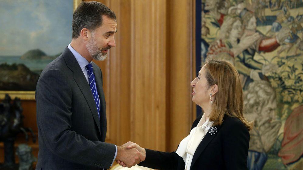 Foto: El rey Felipe VI recibe en audiencia a la presidenta del Congreso, Ana Pastor, para firmar el decreto de legislatura. (EFE)