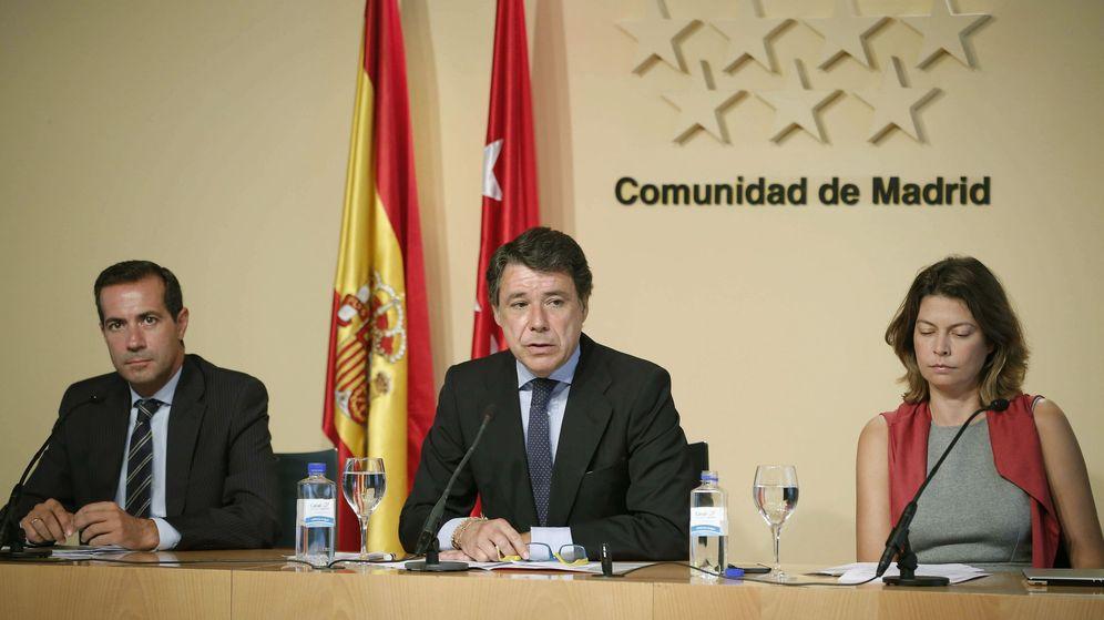 Foto: El exportavoz del Gobierno Salvador Victoria, junto al expresidente de la Comunidad de Madrid Ignacio González y la exconsejera de Educación Lucía Figar. (EFE)