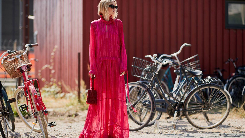 Un vestido vaporoso en color fucsia es una opción excelente. (Imaxtree)