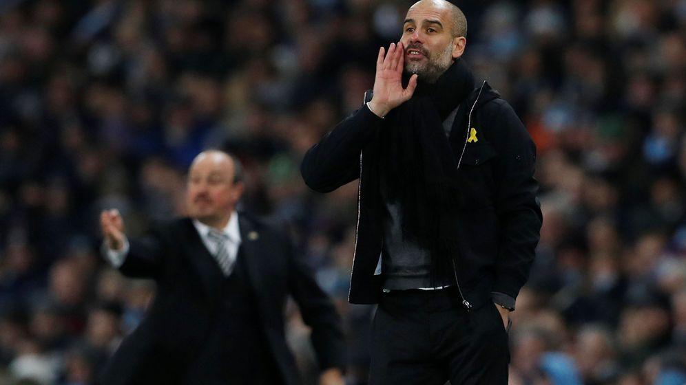 Foto: Pep Guardiola ha lucido el lazo amarillo en muchos partidoas de la Premier League esta temporada. (Reuters)