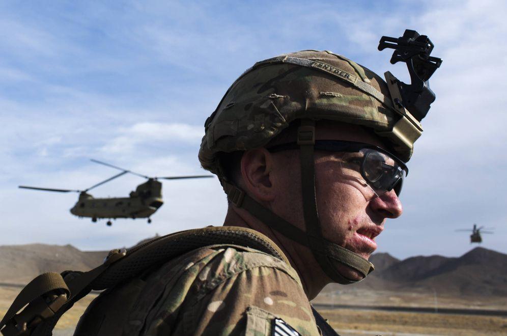 Foto: Un soldado estadounidense espera a que aterrice un helicóptero Chinook, en Paktia, Afganistán. (Reuters)