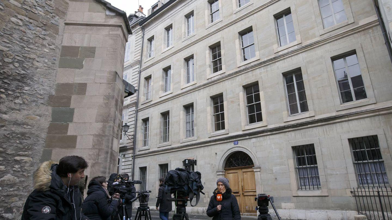 Periodistas a las puertas de la exresidencia de la infanta Cristina. (EFE)