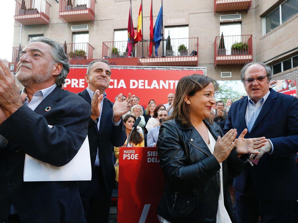 Foto: José Manuel Franco (2i), con Pepu Hernández (i), Iratxe García y Ángel Gabilondo (d), el pasado 9 de mayo en la pegada de carteles del 26-M, en Madrid. (EFE)