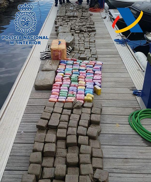 Foto: Fotografía facilitada por la Policía Nacional de los cargamentos de hachís en Canarias. (EFE)