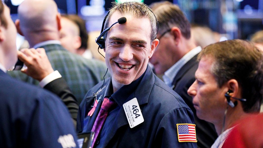 Foto: Un 'trader' pasándoselo bien en Wall Street. (Reuters)