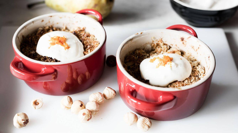 Peras gratinadas con yogur y sirope de arce: jugosa fruta asada con una capa crujiente