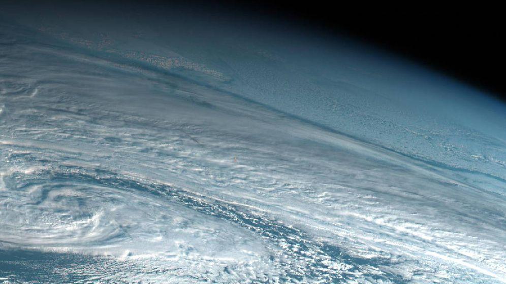 Foto: Un satélite japonés captó la imagen del meteorito: se ve pequeño en el centro en rojo (Foto: Twitter)