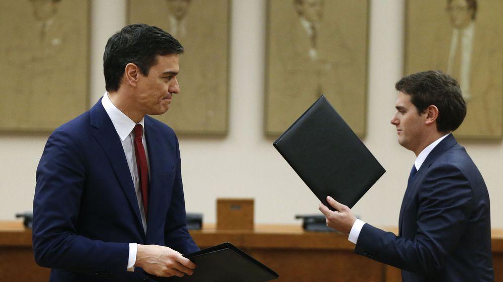 Foto: El secretario general del PSOE, Pedro Sánchez, junto al presidente de Ciudadanos, Albert Rivera, tras firmar el acuerdo de Gobierno. (Reuters)