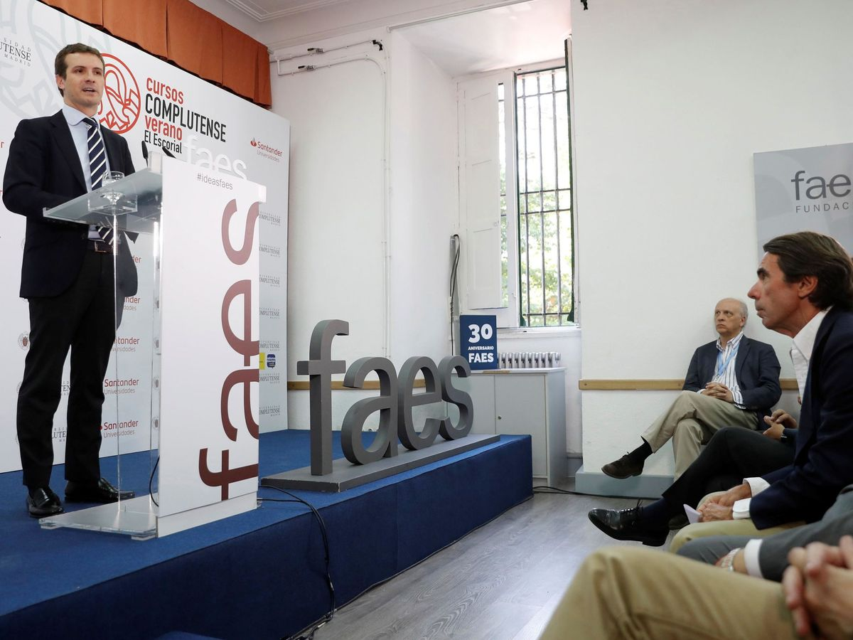 Foto: El presidente de la Fundación Faes, José María Aznar (d), y el presidente del PP, Pablo Casado, durante la última edición de los cursos de verano de la fundación. (EFE)