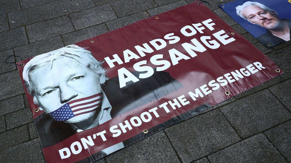 Foto: Pancartas en apoyo de Julian Assange. (Reuters)