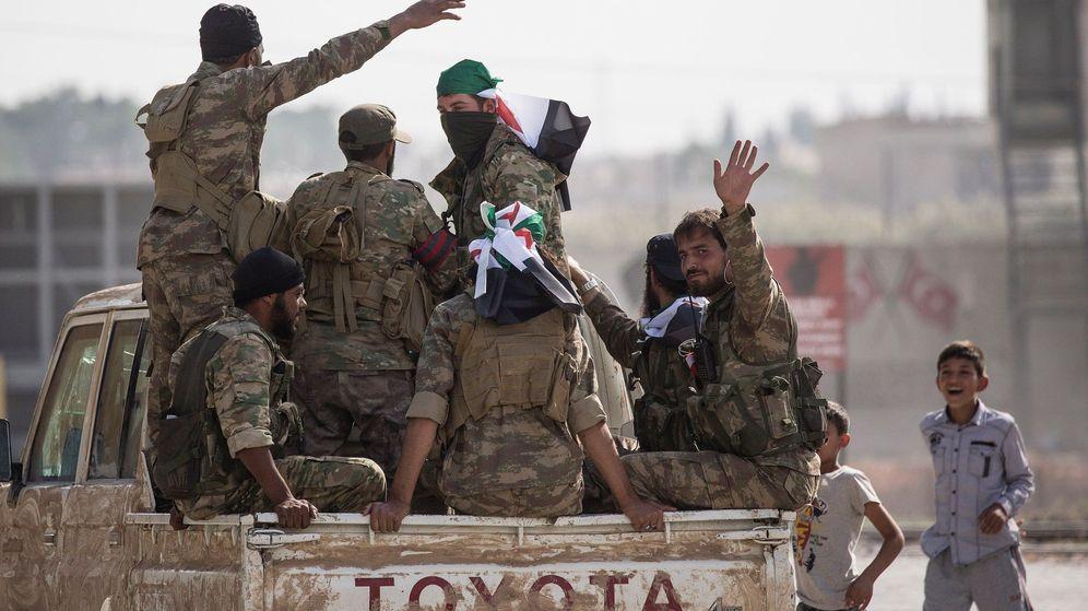 Foto: Soldados de las fuerzas turco-sirias en Sanliurfa (Turquía), cerca de la frontera siria. (EFA)