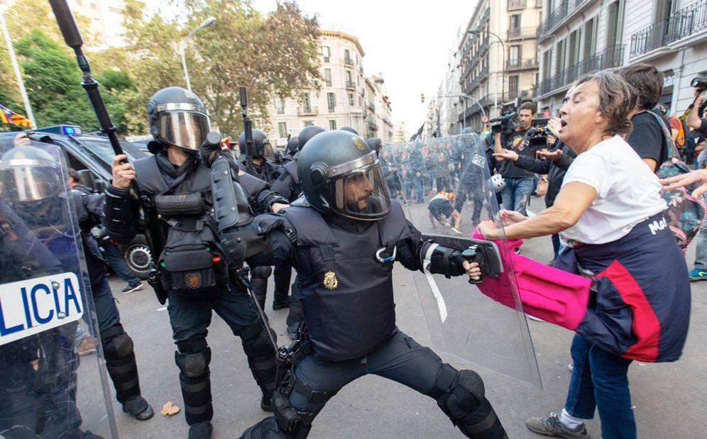 Foto: Policías antidisturbios durante los altercados de Barcelona. (EFE)