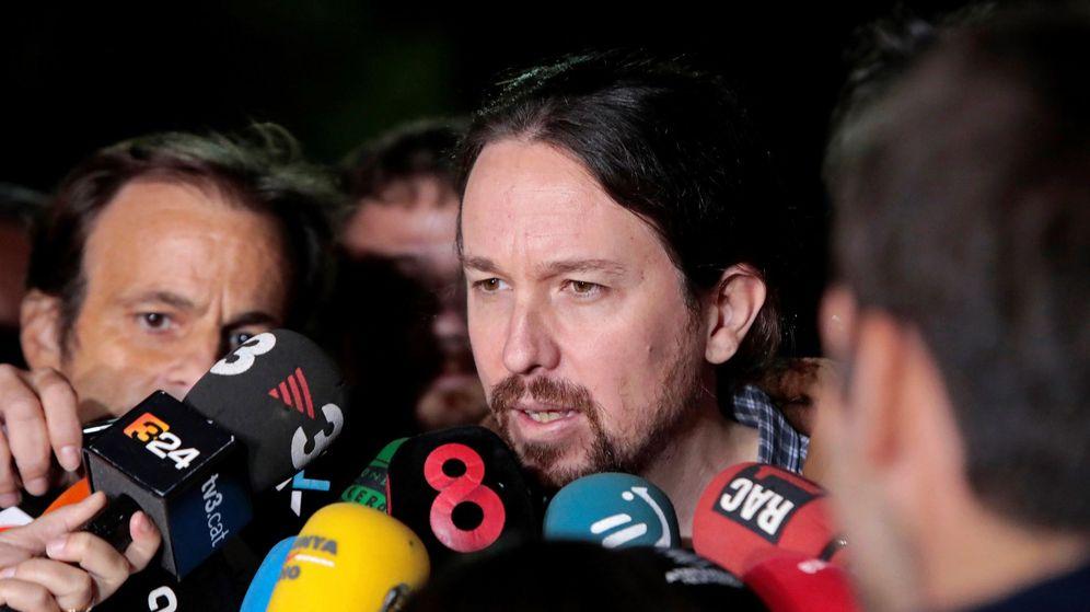 Foto: El líder de Podemos, Pablo Iglesias, atiende a los medios de comunicación a su salida de la prisión de Lledoners. (EFE)
