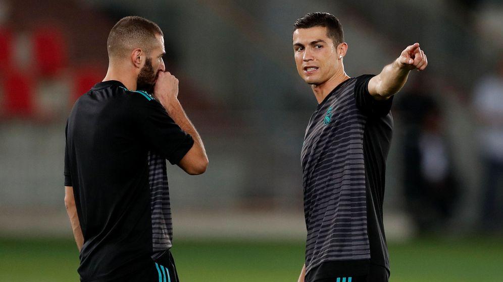 Foto: Benzema y Cristiano conversan en un entrenamiento. (Reuters)