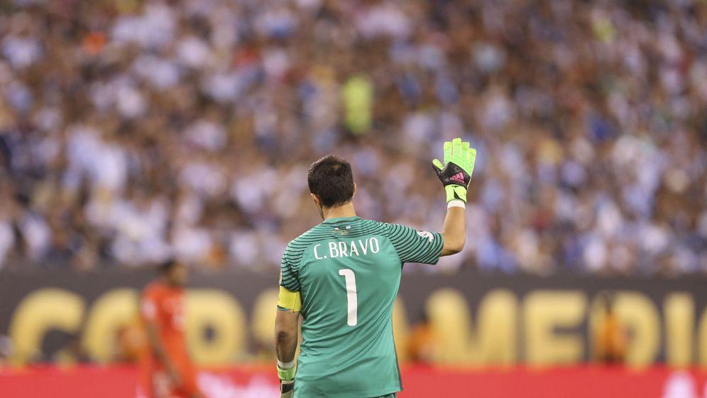 Foto: Claudio Bravo, en la final de la Copa América Centenario, contra Argentina. (EFE)