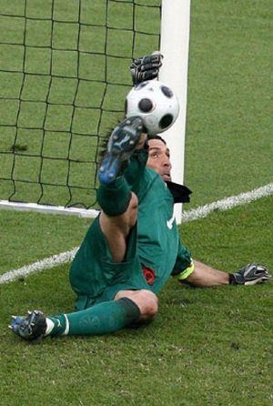 Buffon mantiene con vida a una gris campeona del mundo