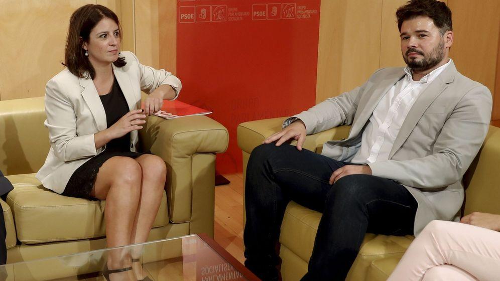 Foto: La portavoz del PSOE, Adriana Lastra, y su homólogo de ERC, Gabriel Rufián, sin el lazo amarillo, durante una reunión negociadora para la investidura. (EFE)
