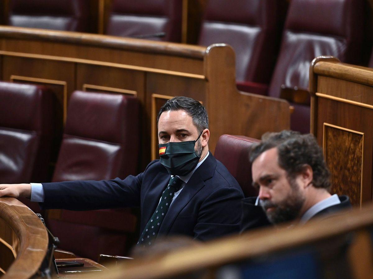 Foto: El líder de Vox, Santiago Abascal (i), junto al portavoz parlamentario, Iván Espinosa de los Monteros (d), al inicio del último pleno del Congreso. (EFE)
