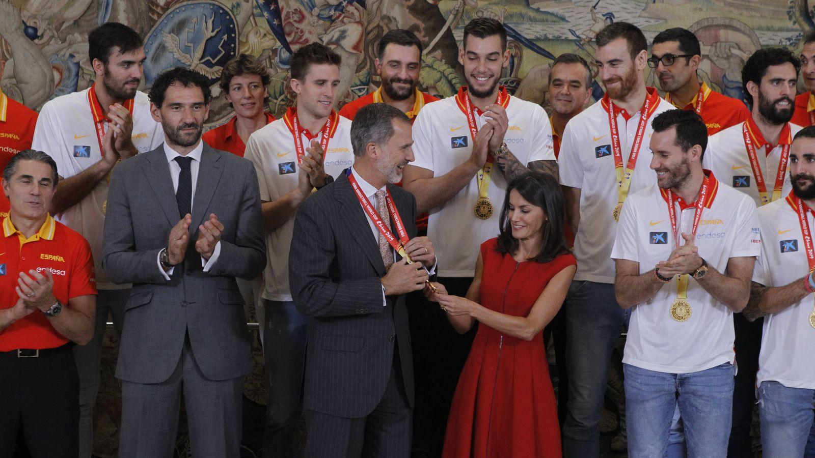 Foto: Los reyes Felipe y Letizia este lunes, con la Selección de Baloncesto. (Limited Pictured)