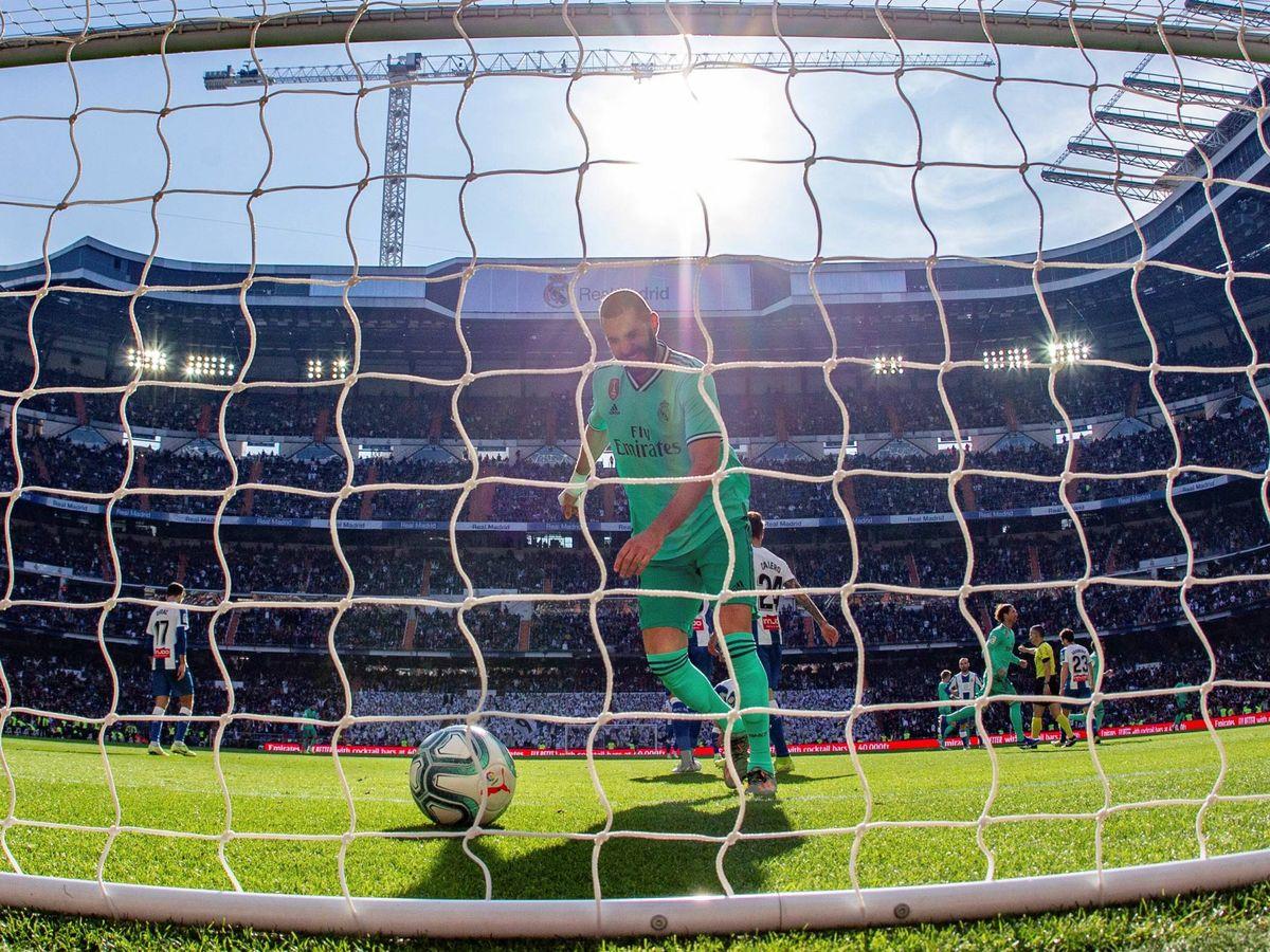 Foto: Karim Benzema, tras marcar el 2-0 al Espanyol en el Bernabéu. (EFE)