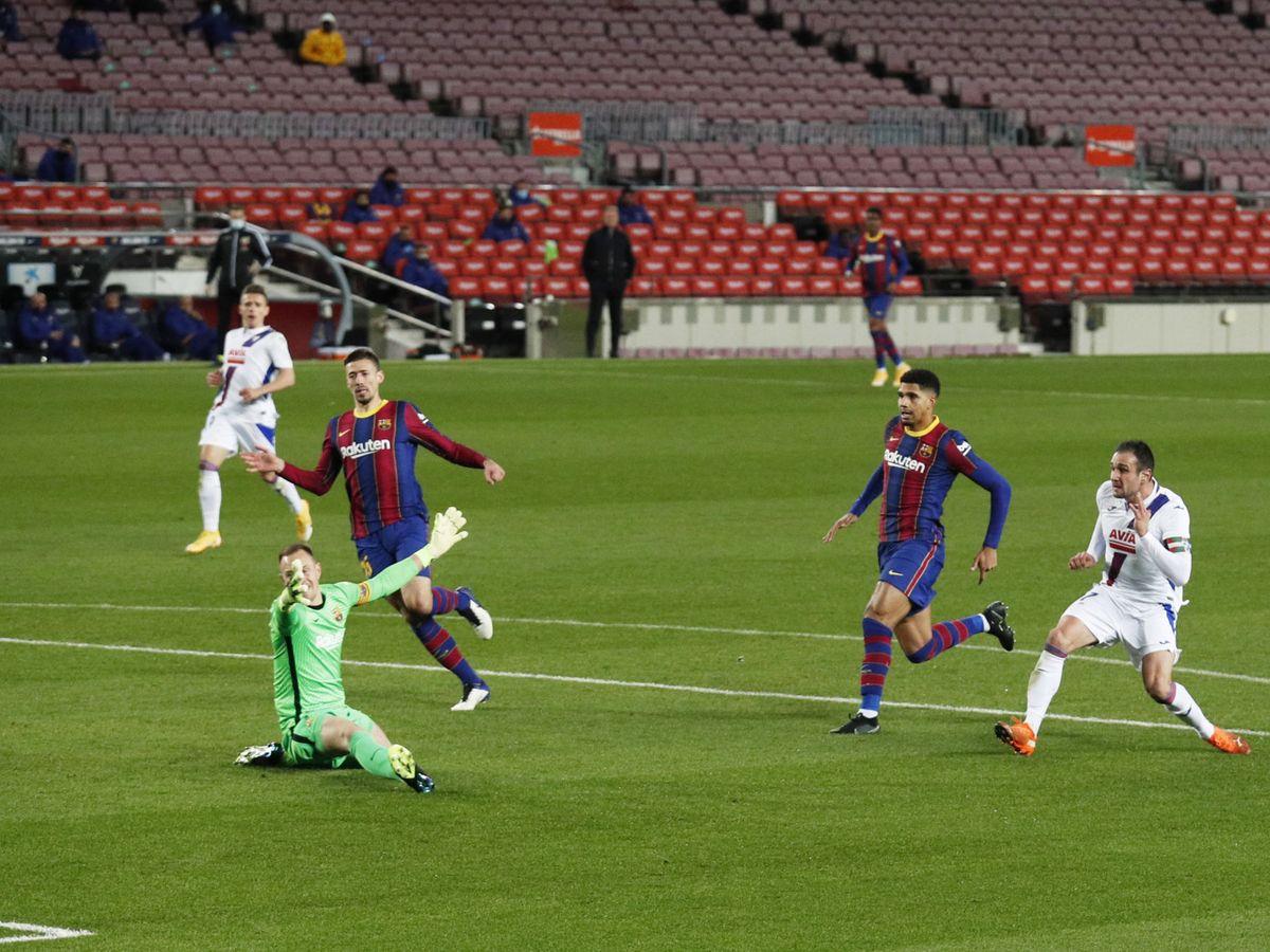FC Barcelona: El Barça tira medio partido, peca de ingenuo y pierde dos  puntos ante el Eibar (1-1)