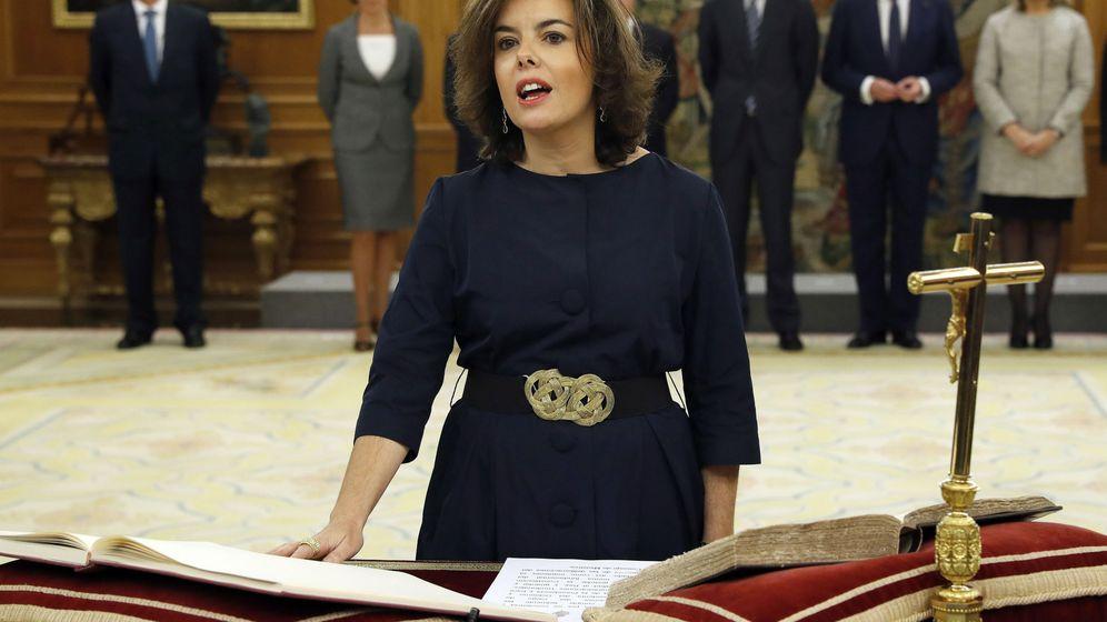 Foto: La vicepresidenta del Gobierno y ministra de la Presidencia y para las Administraciones Territoriales, Soraya Sáenz de Santamaría, promete su cargo ante el Rey. (EFE)