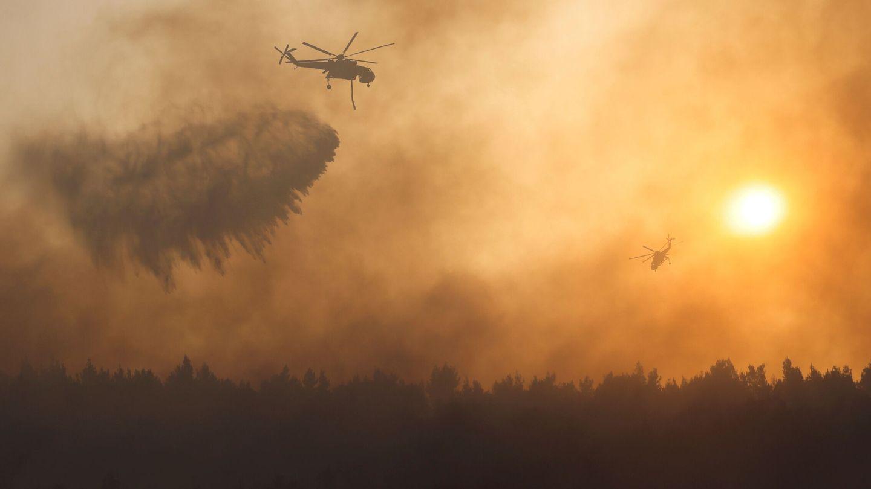 Helicópteros colaboran en la extinción de incendios en Grecia. (EFE)
