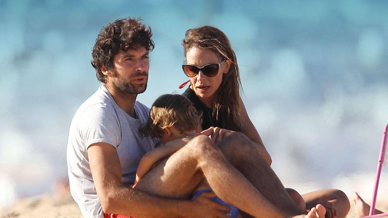 Cayetano Rivera y Eva González, con su hijo en la playa. (Lagencia Grosby)
