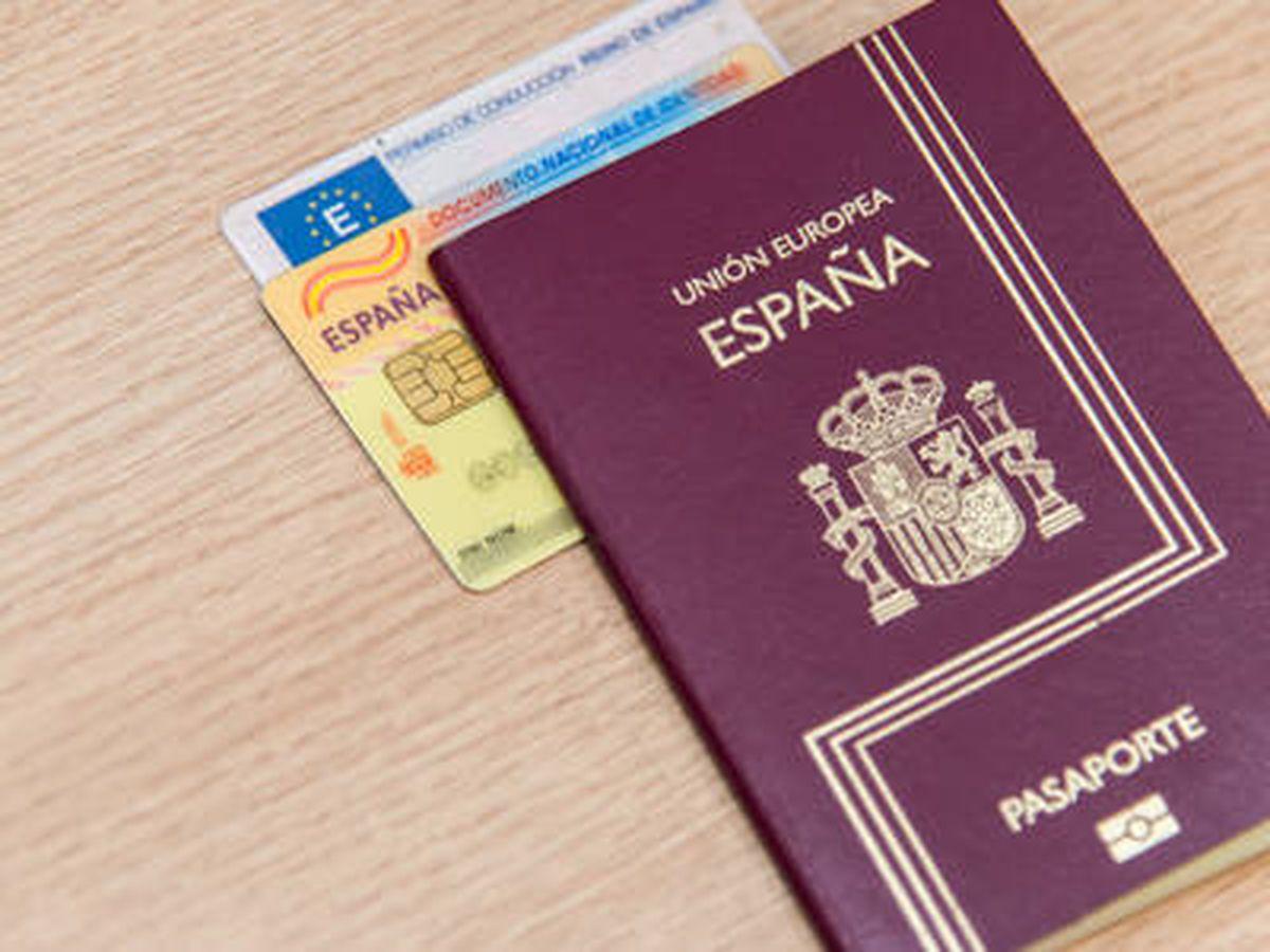 Foto: Un DNI, junto a un pasaporte español. (Ministerio de Exteriores)