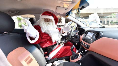 Santa Claus taxista recolecta juguetes