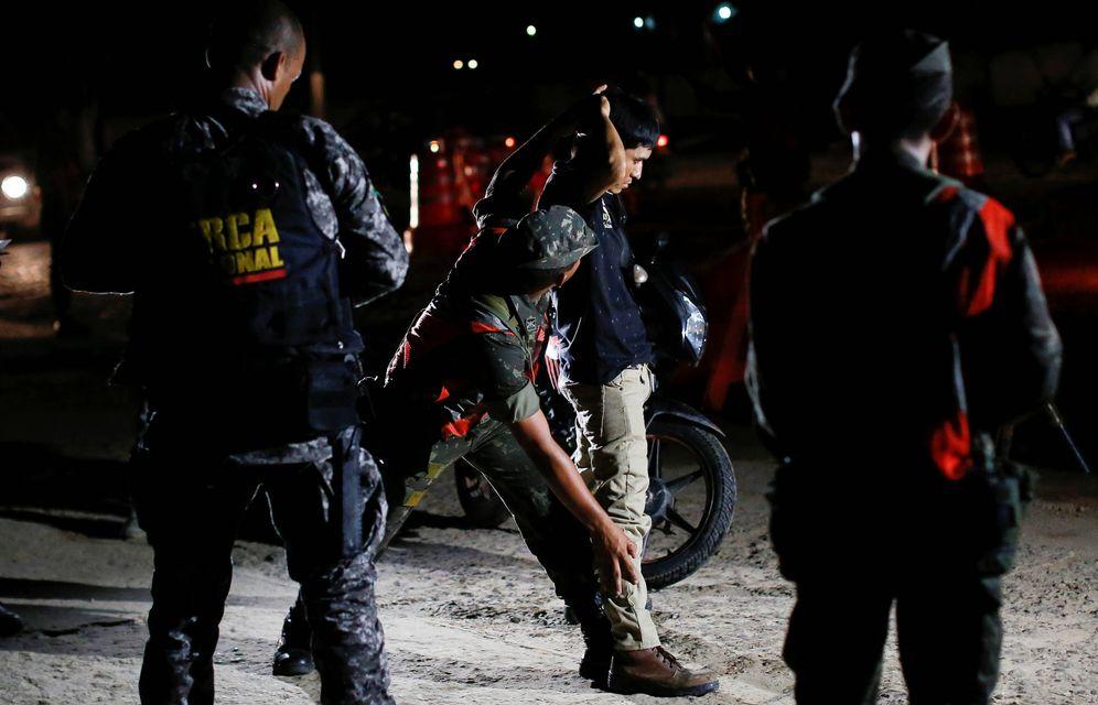 Foto: Cacheos en busca de traficantes en la frontera entre Brasil y Colombia, en Tabatinga. (Reuters)